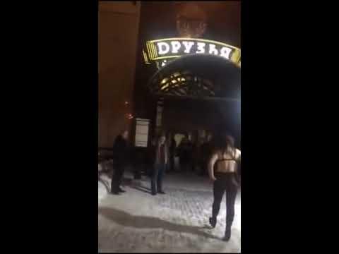 Поддатая Зинаида устроила шоу у ночного клуба