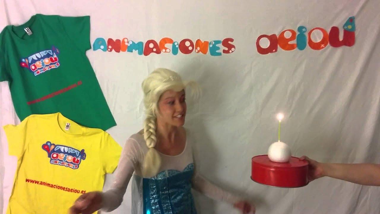 Elsa de Frozen haciendo un truco de magia infantil