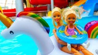 Кукла Барби учит Челси плавать. Игры для детей