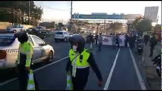 Taxis bloquean un carril en la calzada Roosevelt