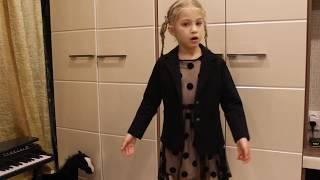 <p>Эта маленькая девочка поразит вас своим глубоким пониманием трагических событий, описанных в стихотворении А.Дементьева.</p>