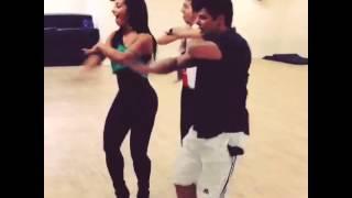 Cinthia Santos dançando show das poderosas
