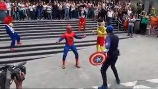 Hombre araña bailando║Niño hace sonido de perro llorando