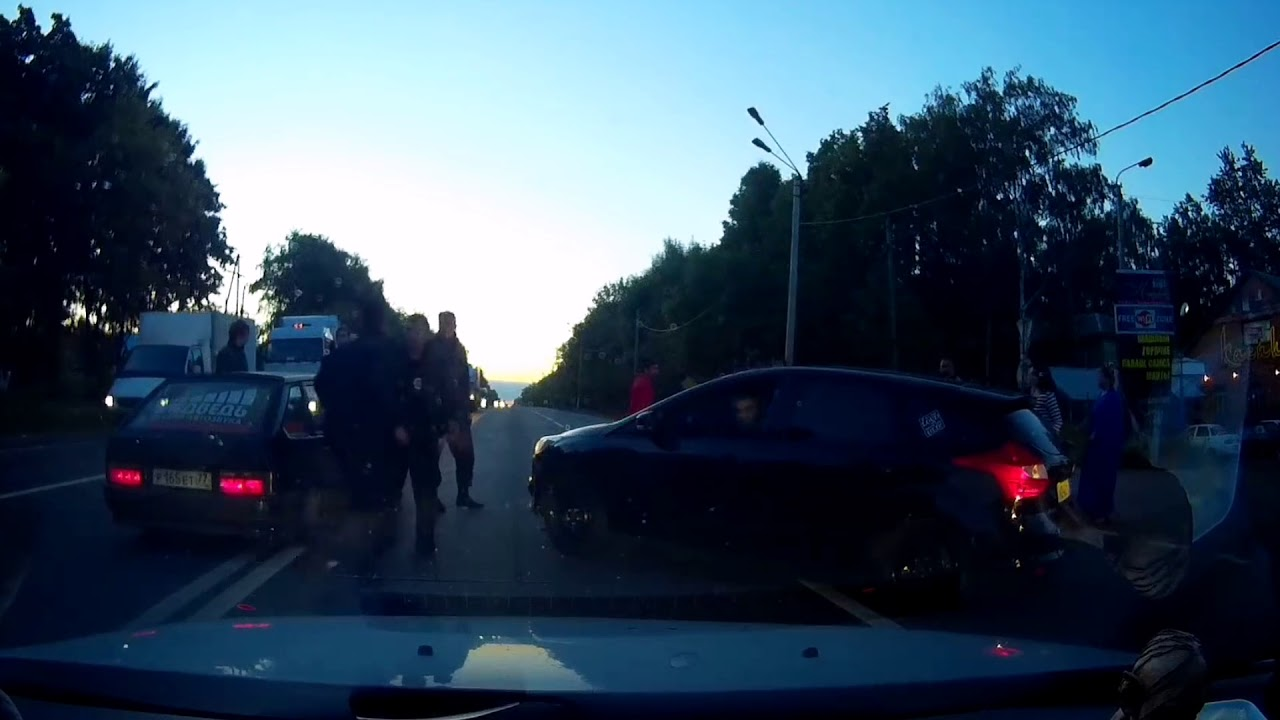 Пьяное быдло спровоцировало драку на дороге, даже полиция не смогла разнять...