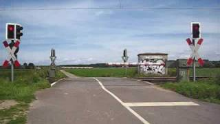 preview picture of video 'Bahnübergang Neusser Feldweg, Meerbusch ++ 145 025 und 185 584 der HGK'