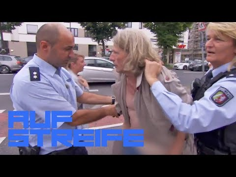 Frau rangelt mit halbnacktem Mann im Trenchcoat | Auf Streife | SAT.1 TV