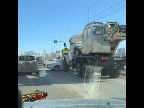 В Якутске автокран врезался в иномарку