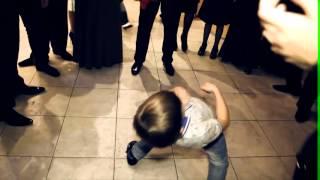 Маленький мальчик очень классно танцует!!!!