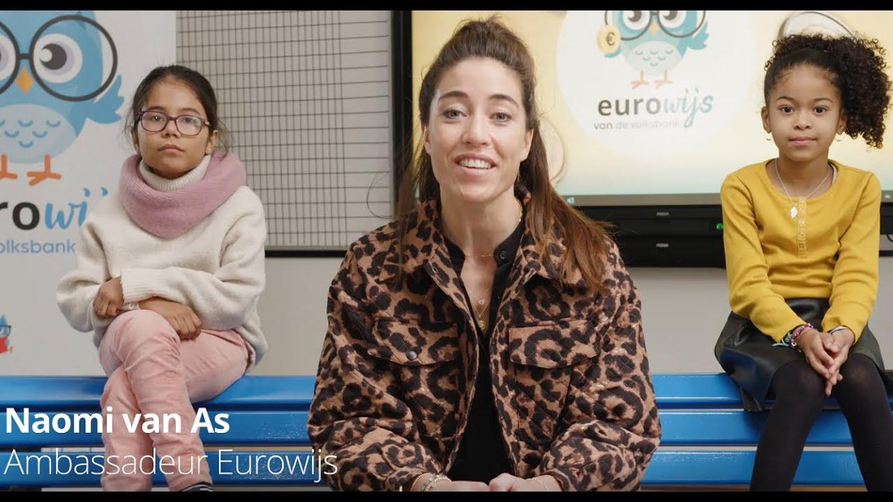 Eurowijsdag 2021: wethouder Anke Klein en Naomi van As openen samen 'Schoolplein14' van de Johan Cruyff Foundation