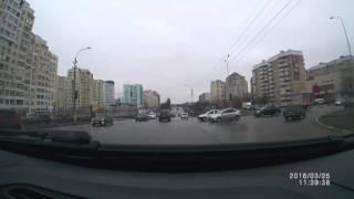 Смотреть онлайн Пешехода сбила машина прямо на переходе