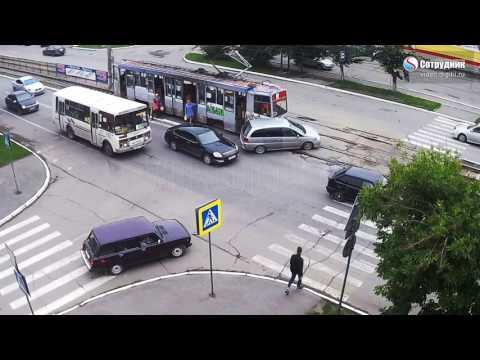 Трамвай протаранил автомобиль в Бийске