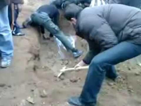 Открыли могилы шахидов для перезахоронения,а там