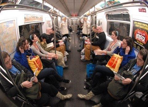 Ludzkie lustro w metrze