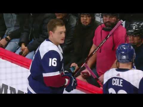 Хоккеист Задоров подарил перед матчем клюшку маленькой девочке, которая сразу расплакалась (ВИДЕО)