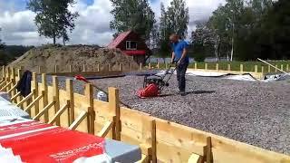 4. Строительство фундамента - Отсыпаем основание плиты щебнем с трамбовкой