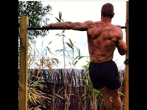 Le lever par les haltères en étant assis le muscle