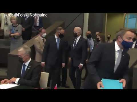 Andrzej Duda łazi bez celu za Bidenem na szczycie NATO.