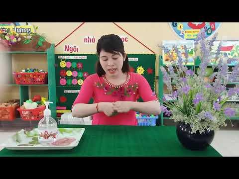 Cô giáo Nguyễn Thị Thúy chủ nhiệm nhóm 25-36 tháng  dạy trẻ kỹ  năng rửa tay bằng dung dịch sát khuẩn