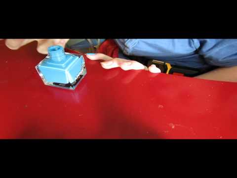 Gribok auf dem Nagel des Heimes herauszuführen