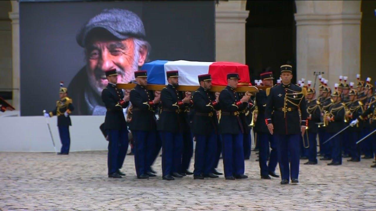 """Le cercueil de Belmondo quitte les Invalides sur """"Chi Mai"""", la musique du """"Professionnel"""""""