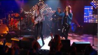 Train & Martina McBride perform ''A Broken Wing'' on CMT Crossroads