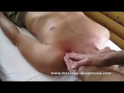 Une petite fille sur le membre immense du porno