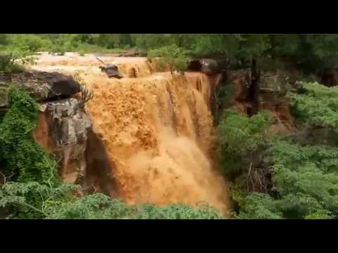 Chuva forte forma 'cachoeira' em Bocaina