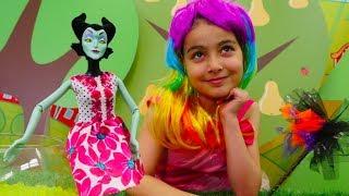 Eğlenceli video. Emily rengarenk bir cadı oluyor!