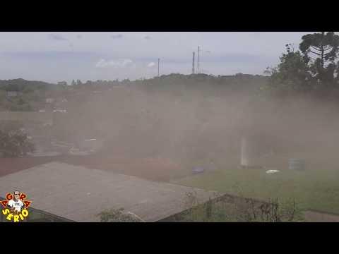 Escolas do Juquitibão e Raízes do Pau Brasil tomam um banho de poeira do Campão de Juquitiba