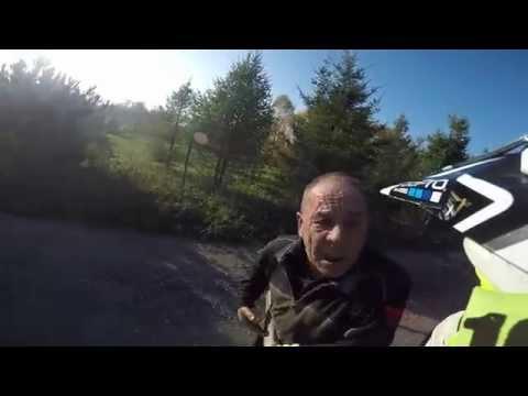 Co ty dziadu odwalasz tym kijem?! Mocna akcja motocyklisty na wiejskiej drodze!