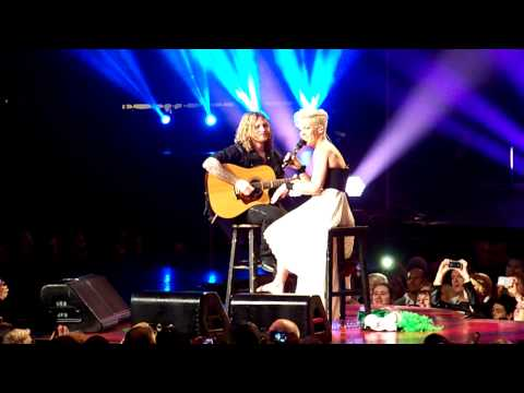 P!nk Stop Concert For Crying Child In Philadelphia 03/17/13 Mp3