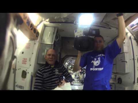 Astronautas de la NASA graban un vídeo con una cámara GoPro metida en una burbuja de agua