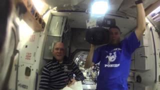 Смотреть онлайн Эксперимент астронавтов с водой в невесомости