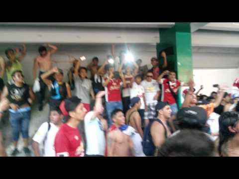 """""""En el basurero alentando a LDU el 26-04-15  Guayaquil pte."""" Barra: Muerte Blanca • Club: LDU"""