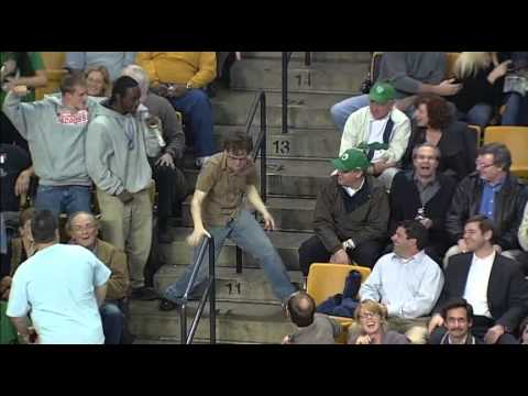 Sport & Fun: Tifoso balla e canta in una partita dei Celtics