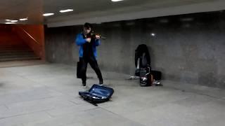 Крутой скрипач в московском метро  Уличные таланты России