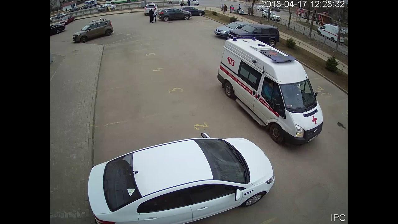 Автоледи задним ходом сбила пешехода