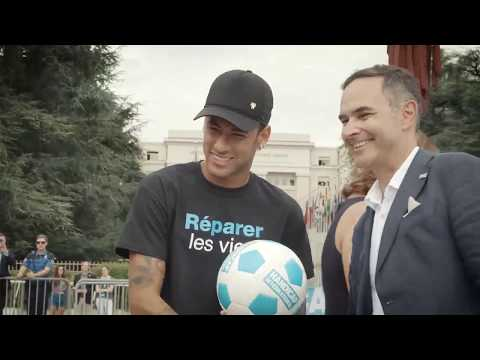 Neymar Jr. signiert einen Fußball