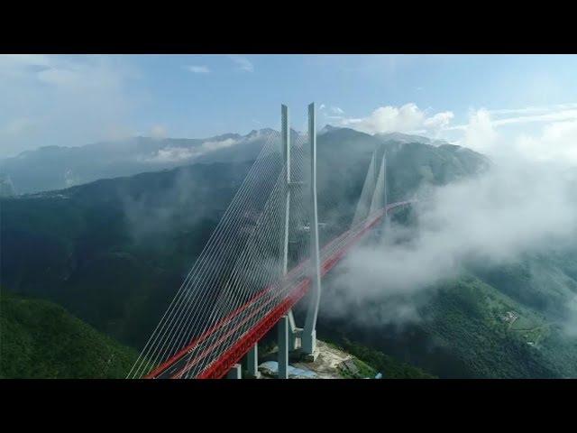 لقطات من أعلى جسر معلق في العالم يقع في جنوب غرب الصين