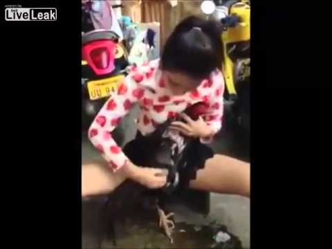 다리가 넓게 퍼져있는 아시아 여인이 몇 사람을 씻으십시오 큰 검은 수탉 (HD) [0 : 18x360p]