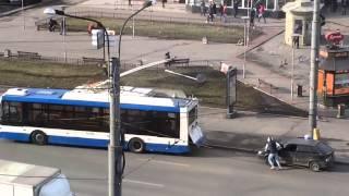 Смотреть онлайн Буксировка машины с помощью троллейбуса