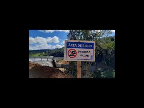 Placas de sinalização na área da barragem