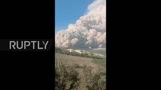 Indonezja: Góra Sinabung wyrzuca pięciokilometrowy słup popiołu w północnej Sumatrze