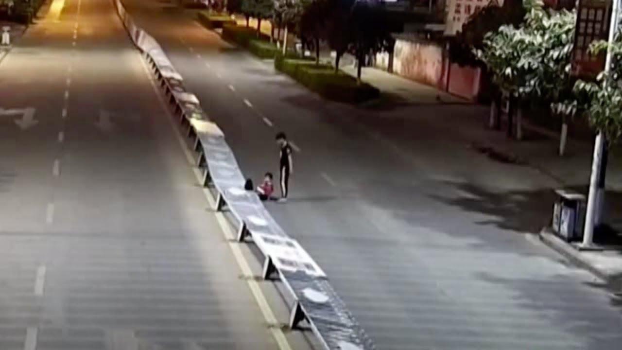 Пьяный китаец повалил около 50 метров разделителя дороги