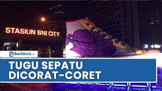 Viral Video saat Dua Pelaku Mencorat-coret Tugu Sepatu di Kawasan Sudirman