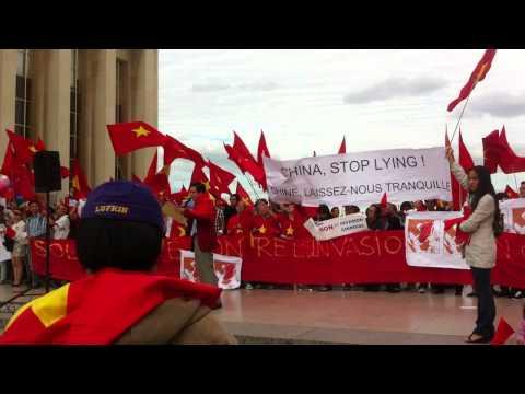 Biểu tình phản đối Trung Quốc tại quảng trường Trocadero