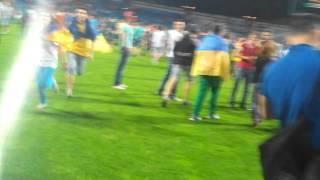 Фанати вибігають на поле