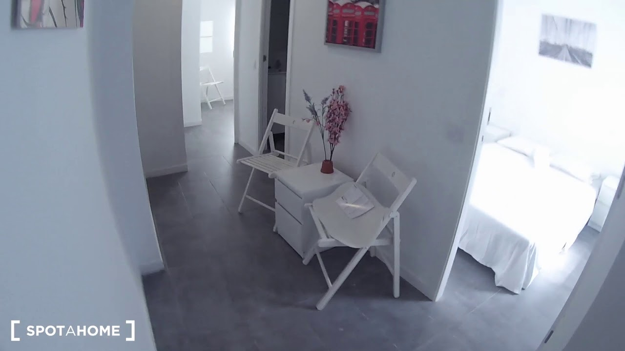 Double bed in Rooms for rent in large 6-bedroom apartment in Puerta del Ángel