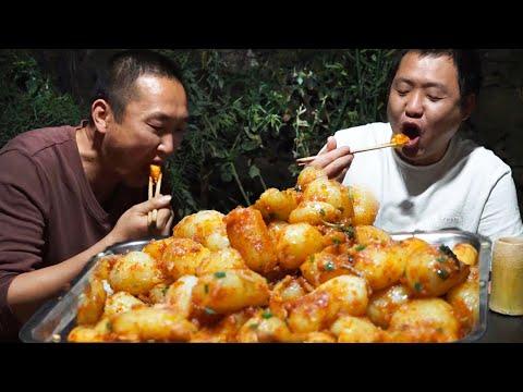 二哥現挖土豆來做炕土豆,一口一個,再配上小酒,吃的美滋滋! 【鐵鍋視頻】