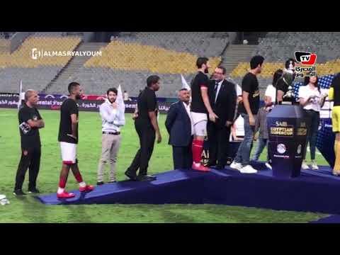 لاعبو الأهلي يرفعون كأس السوبر
